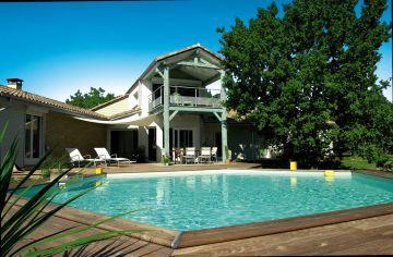 Une piscine Hx avec terrasse et maison