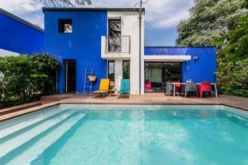 Une piscine totalement déco et moderne qui met du soleil dans le cœur des habitants de cette maison tous les jours de l'année.