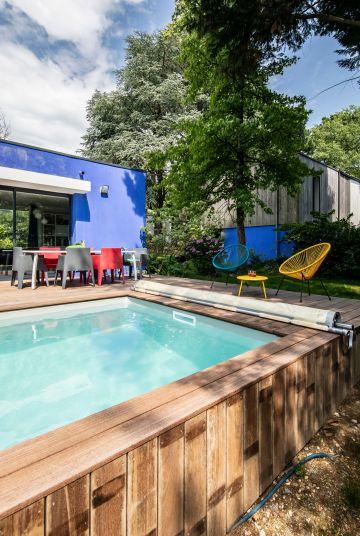 Le système hors-sol de la piscine est très compact permettant des intégrations esthétiques. Ici, toute la technique a été masquée derrière un bardage réalisé en ipé, le même bois que celui de la terrasse.