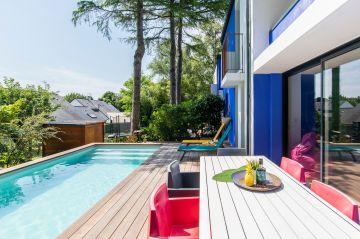 Comme une construction géométrique, les points de couleurs se répondent les uns aux autres et la piscine y trouve son rôle.