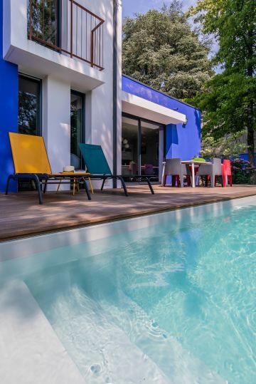 Les grands aplats de couleurs des murs sont accompagnés par des éléments de déco aux couleurs toutes plus tranchées les unes que les autres. Un style contemporain et assumé !