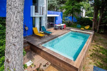 En quelques marches discrètes on descend de la terrasse de la piscine au jardin, et l'on part comme pour une promenade à Marrakech...