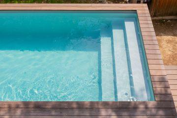 L'Escabanc droit 3 marches est le lieu idéal pour profiter d'une évasion tout en étant dans sa piscine. Une lecture, une méditation ou simplement contempler la maison...