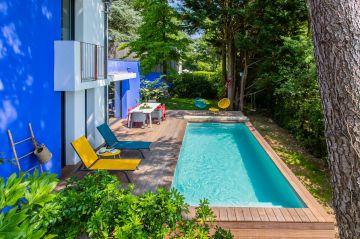 La piscine est équipée d'une couverture de sécurité à barres. Une fois repliée elle peut parfois être laissée en bout de bassin pour les baignades éphémères. En une minute elle sera remise en place et sécurisera parfaitement le bassin.