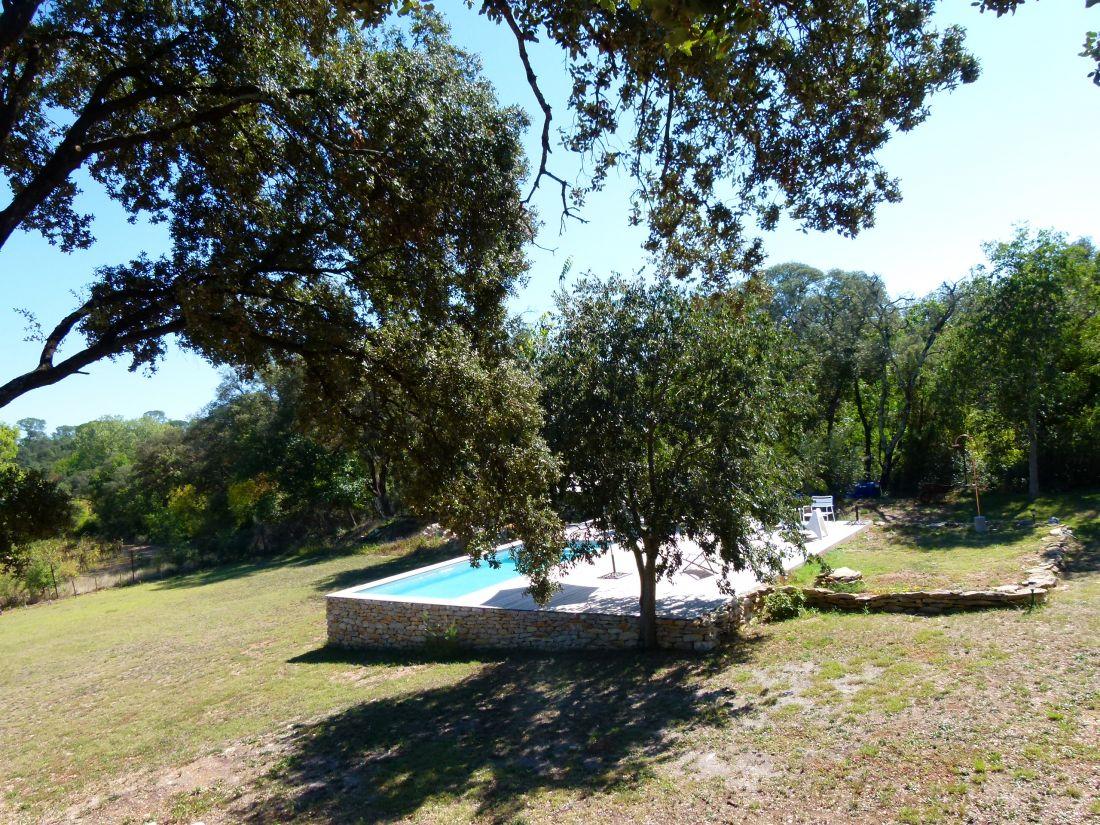 La piscine a été intégrée dans le prolongement de la terrasse naturelle... comme si elle avait toujours été là.