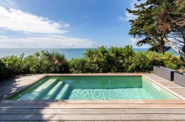 Le projet piscine reprend son environnement pour le synthétiser sous une autre forme : le bois, l'eau salée, la couleur de la mer et jusqu' à l'invisible de la structure conçue pour être durable.