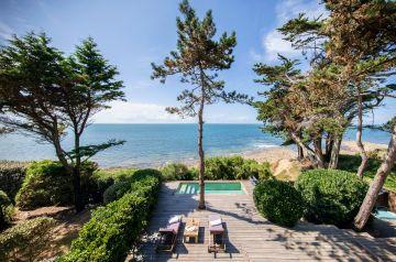 Sans être anecdotique, la piscine cherche à s'intégrer en toute humilité à un décor fabuleux... silence, on entend la mer qui chante.