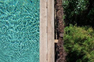 Le kaléidoscope des couleurs de l'eau de la piscine est une méditation à part entière pour le regard qui se laisse transporter à ces milles éclats.