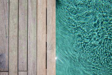 La piscine utilise des matériaux simples et pourtant nobles : le bois, l'aluminium et une eau salée, peinture abstraite s'il en est.