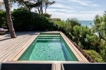 A quelques mètres de l'océan Atlantique, cette goutte d'eau cristalline que forme la piscine matérialise nos désirs d'art de vivre.
