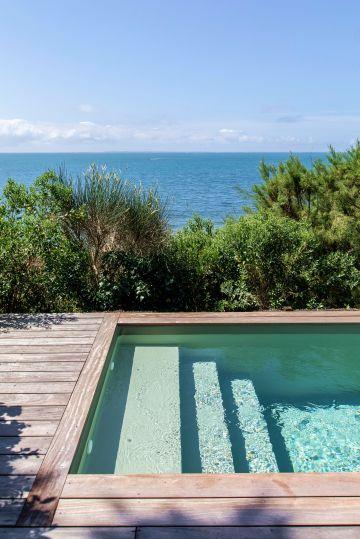 Ciel, mer, végétaux iodés et piscine forment un tableau, comme une invitation à la contemplation.