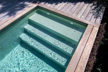 La terrasse en ipé va rejoindre les tons argentés de la mer quand elle aura quelques mois sous les UV du soleil breton.