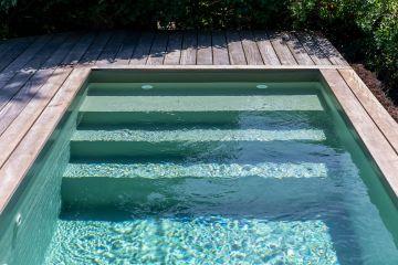 S'approchant des tonalité de la mer, on peut désigner cette piscine de naturelle.