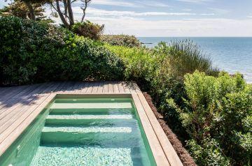 Au cœur du monde végétal et marin, le challenge était de réussir à implanter une piscine naturelle qui respecte son environnement direct.