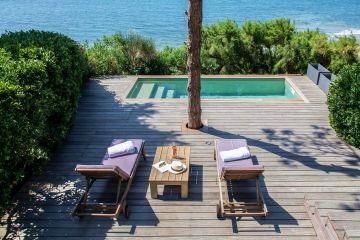 Pour la sieste après le déjeuner, pour l'apéritif, pour une lecture de milieu d'après-midi... à chaque instant de la journée, les bains de soleil sont la promesse d'heures joyeuses au bord de la piscine.