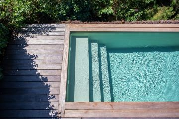 Une piscine à l'obligation légale d'avoir une eau désinfectée et désinfectante pour la protection des baigneurs petits et grands, c'est pour cela que l'AFNOR qualifie dorénavant les piscines naturelles de baignades artificielles lorsqu'elles n'ont pas cette obligation.