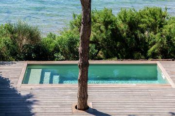 Aux heures chaudes, la piscine sera entourée du baume que font les essences de pins et les végétaux marins quand ils nous donnent un peu de leur âme en volutes de parfums.