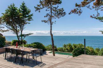 Comme l'art de la table, la piscine fait parti de ces lieux qui permettent la naissance de moments d'exception, de souvenir inoubliables dans leur franche simplicité et dans leur joie évidente d'éclat de rires et de soleil éblouissant.