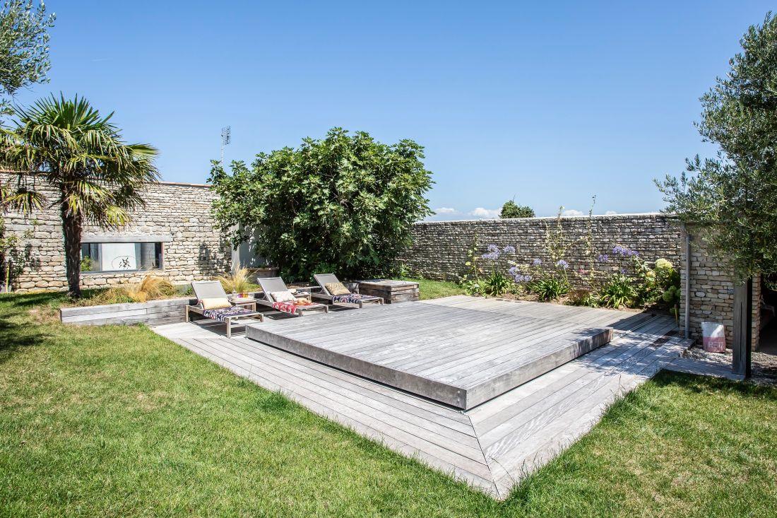 La terrasse coulissante est en position fermée : l'espace récupéré peut servir pour les jeux, un apéritif ou simplement pour la sérénité de toute la famille.