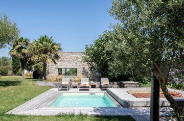 Olivier, palmier et un maison traditionnelle jouxtent la Piscinelle et son Rolling-Deck.