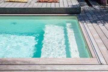 L'Escaplage de deux marches (33cm et 66cm) est l'invitation à la détente et c'est aussi là l'esprit de cette petite piscine.