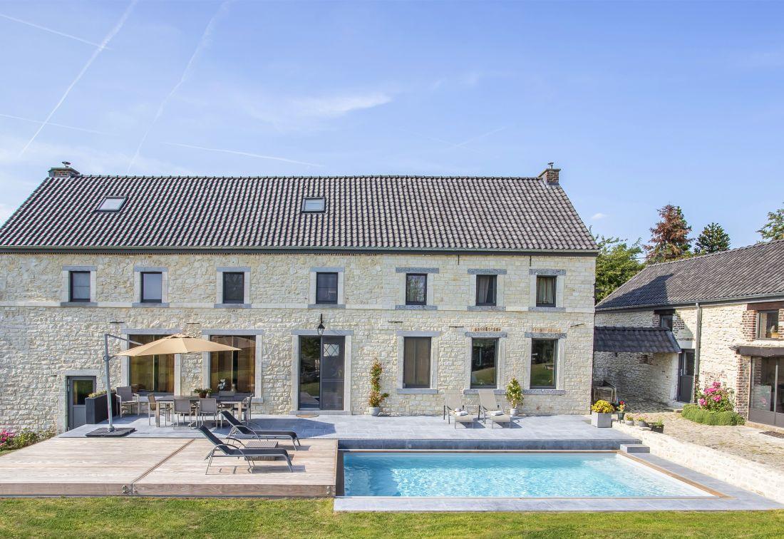 Image représentant la piscine type 2019, équipée d'une terrasse mobile, de dimension raisonnable, chauffée, au design épuré.