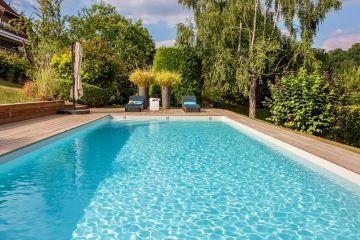 Piscine à l'esprit design, piscine à l'élégance simple, le plan d'eau est parfaitement mis à l'honneur sans fioritures superflues pour un résultat à l'esthétique évident.