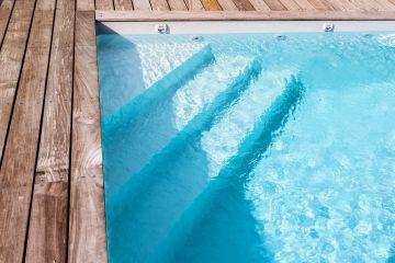 La piscine est équipée d'un escalier d'angle intégré sous le liner qui est réalisé sur-mesure pour chaque Piscinelle.