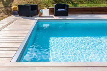 Un mobilier extérieur simple et contemporain, une eau de piscine parfaitement filtrée et traitée, un rayon de soleil et les vacances à la maison peuvent commencer à deux pas de Bruxelles !