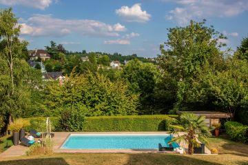 La piscine est comme un rectangle bleu le plus pur possible, aux angles tendus et détonnant par rapport au vert du jardin.