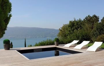 Magnificent Bo4.5 square pool with deck and a stunning view of the sea