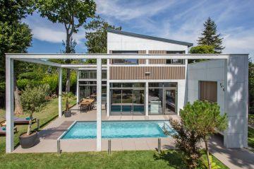 Geste architectural fort, la structure qui ceint l'espace piscine lui confère à la fois une dimension atypique et une contemporanéité qui fascine.