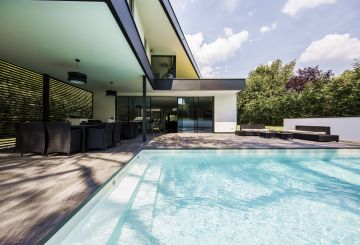 Water, tiling, metal, white concrete, greenery ... this pool is imbued with a rich, fluid spirit.