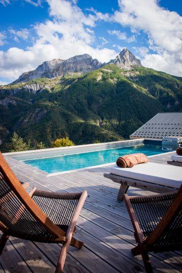 Terrasse avec transat donnant sur la piscine