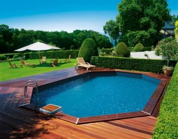 Piscine octogonale Rg avec une terrasse en bois