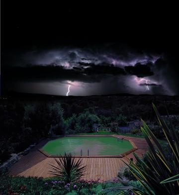 Piscine octogonale Rg pendant un orage