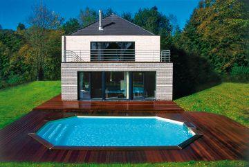 Piscinr Rg avec une terrasse en bois