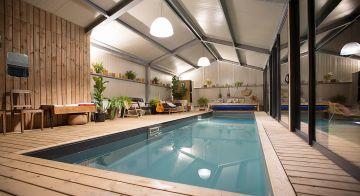 La piscine est chauffée et accessibles aux clients du gîte toute l'année... même à la nuit tombée.