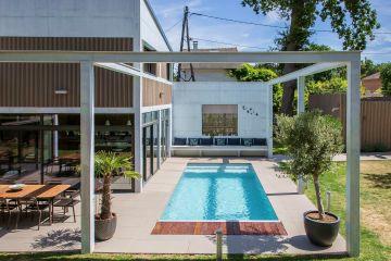 Toute en lignes droites, la piscine prend des airs mathématique et évoque une toile de Mondrian dans sa parfaite géométrie.
