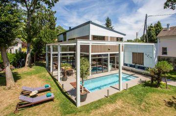 Intégrée dès les premiers plans, la piscine a été anticipée dans le projet d'architecte de construction comme un élément essentiel de la maison.