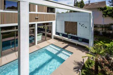 L'escalier immergé de la piscine est une invitation à la détente.