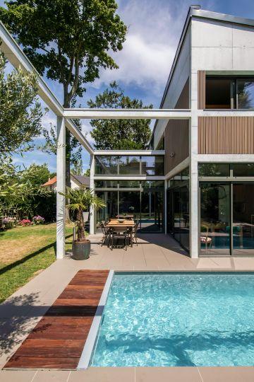 Cette maison d'exception dans les Hauts-de-Seine accueille une Piscinelle d'exception comme naturellement.