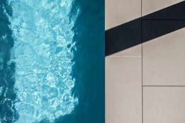 Le côté mat et anguleux de la céramique utilisée tranche avec le brillant d'une eau légèrement agitée.