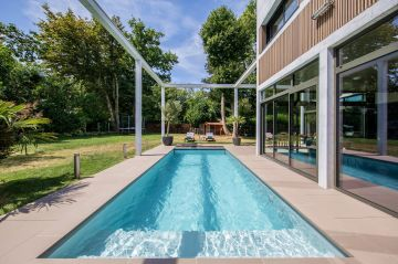 Et si le luxe c'était une piscine qui se fond dans un quotidien et lui apporte la sérénité du ruissèlement d'un cours d'eau...