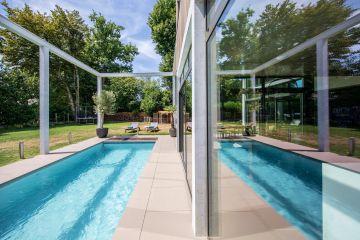 Images toujours insolites que nous offrent ces reflets comme des miroirs de la piscine.