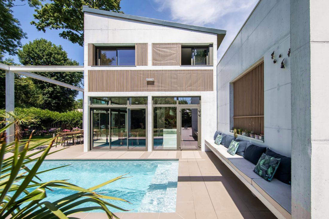 De plus en plus considérée comme essentielle au projet de construction d'origine, la piscine est bien souvent intégrée aujourd'hui dès les premiers dessins de l'architecte comme dans ce projet dans les Hauts-de-Seine (92). Frank SALAMA - Architecte DPLG.
