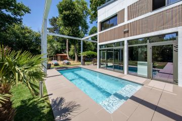 L'espace piscine a été traité dans le prolongement de la maison et comme une pièce à part entière mais qui serait en extérieur.