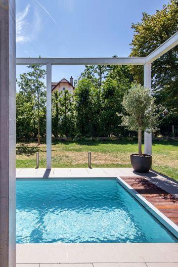 La piscine, le petit olivier, le vaste ciel bleu... la maison est soudain un foyer qui permet l'évasion au quotidien.