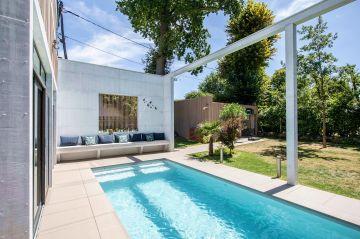 Intégrer la piscine dans le projet de construction de maison est de plus en plus fréquent et permet aussi de mutualiser certains coûts du projet avec ceux de la maison.