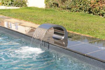 La Lame d'eau en inox, c'est la signature Piscinelle d'un projet parfait.